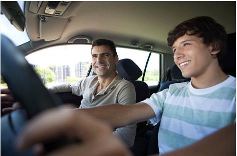 père supervisant son fils pendant qu'il conduit